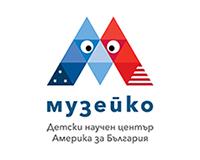 muzeiko_logo_digital_bg_blue_v-small